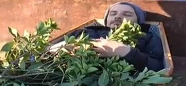 Και ξαφνικά όλοι «πάγωσαν» – Έκαναν την κηδεία ενός αγρότη και ο «νεκρός»… αναστήθηκε (video)