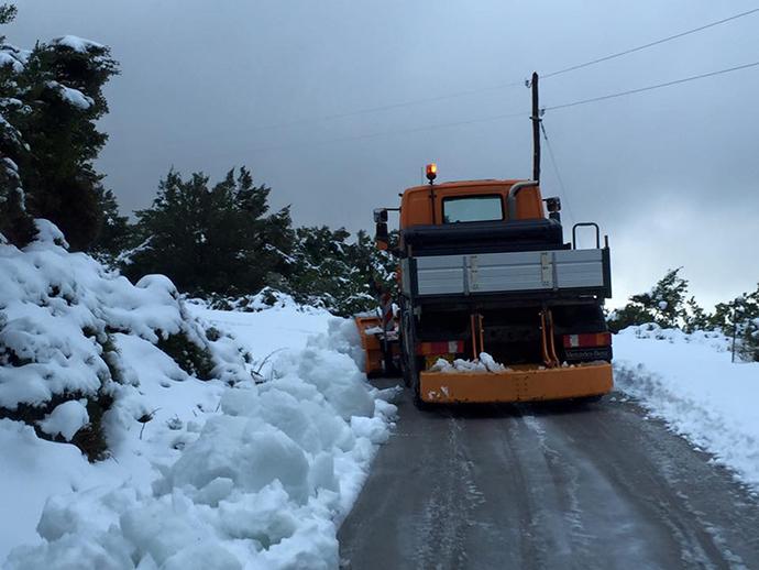 Πυκνή χιονόπτωση τώρα στην Πεντέλη.