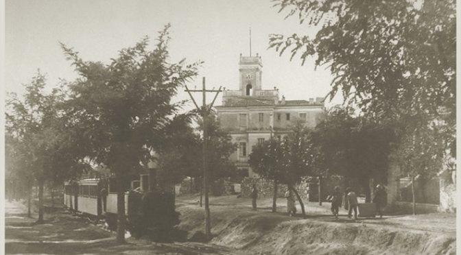 Το «θηρίο» (τρένο) ενώ ανεβαίνει προς την Κηφισιά το 1932 στο ύψος του Αμαρουσίου.