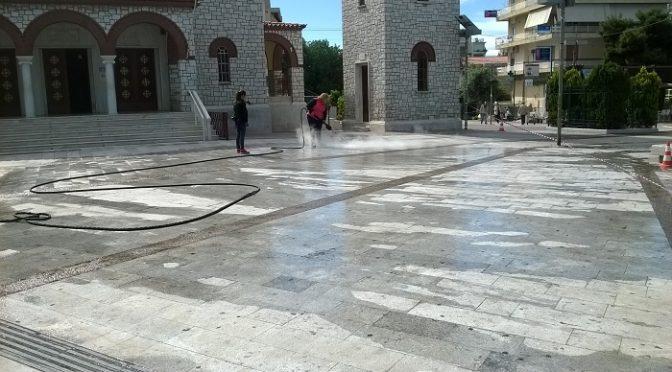 Από το πρωί σήμερα στην πλατεία Αναλήψεως, στα Βριλήσσια, δουλεύουν πυρετωδώς συνεργεία καθαρισμού.