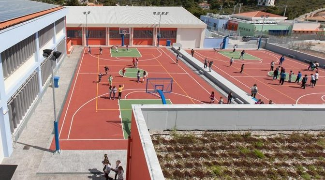 Το νεόκτιστο 2o σχολικό συγκρότημα στο Δήμο Πεντέλης, που αποτελεί πρότυπο κατασκευαστικό έργο σύμπραξης δημόσιου και ιδιωτικού τομέα με χρηματοδότηση από την Ευρωπαϊκή Ένωση παρουσιάστηκε σήμερα σε επίσκεψη που οργανώθηκε από την Αντιπροσωπεία της Ευρωπαϊκής Επιτροπής στην Ελλάδα, την οποία εκπροσώπησε ο Αναπληρωτής Επικεφαλής, κ. Άρης Περουλάκης.