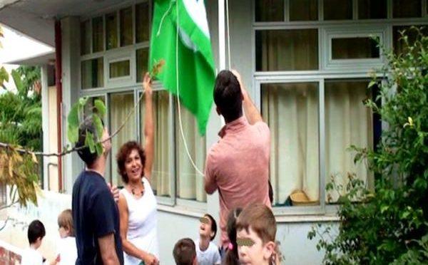 """Την Κυριακή 11 Ιουνίου 2017 πραγματοποιήθηκε στην αυλή του 1ου Νηπιαγωγείου Μελισσίων η εκδήλωση για την έπαρση της Πράσινης Οικολογικής Σημαίας που κέρδισε για 4η συνεχή χρονιά από την Ελληνική Εταιρεία Προστασίας της Φύσης (ΕΕΠΦ) για την δράση του στο διεθνές δίκτυο """"Οικολογικά Σχολεία""""."""