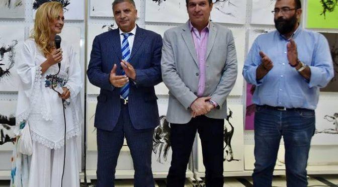Την έκθεση ζωγραφικής των σπουδαστών στα Τμήματα του Κέντρου Τέχνης και Πολιτισμού εγκαινίασε ο Δήμαρχος Αμαρουσίου κ. Γιώργος Πατούλης, επιβραβεύοντας την προσπάθεια και τις καλλιτεχνικές δεξιότητες των νέων καλλιτεχνών.