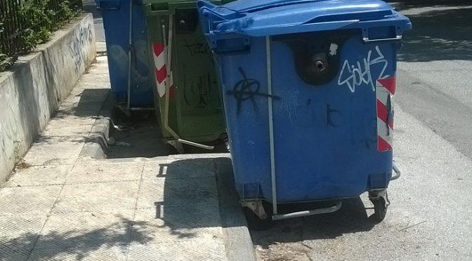 Η απεργία που προκήρυξε η ΠΟΕ-ΟΤΑ και ο αποκλεισμός των αμαξοστασίων στους Δήμους έχει πνίξει στα σκουπίδια και τη δυσοσμία τις περισσότερες περιοχές.