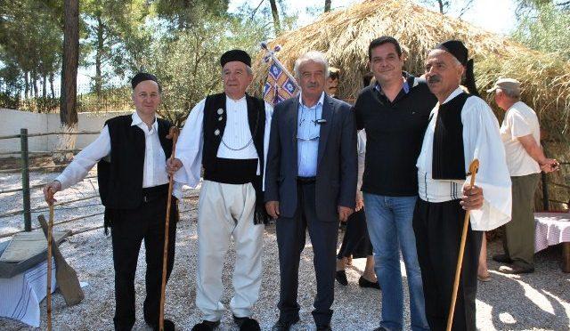 """Την Κυριακή 16 Ιουλίου ο Δήμαρχος Πεντέλης Δημήτριος Στεργίου-Καψάλης, γνήσιος Σαρακατσάνος και Πρόεδρος του Συλλόγου Σαρακατσαναίων Πεντελικού βουνού, παρευρέθη στη Μουσικοχορευτική και Λαογραφική Εκδήλωση """"Καλώς ν΄ανταμωθούμε φίλοι μου…."""", ΑΝΤΑΜΩΜΑ ΣΑΡΑΚΑΤΣΑΝΑΙΩΝ ΣΤΗ ΡΟΔΟΠΟΛΗ, στον προαύλιο χώρο του Ιερού Ναού Αγίας Τριάδος Ροδόπολης."""