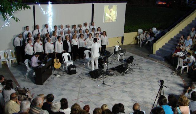 Στο θεατράκι Μαγγίνα στα Μελίσσια, σε μια καλοκαιρινή βραδιά και σε κοινή συνεργασία των δύο Πολιτιστικών Συλλόγων, Πολιτιστικού Κέντρου Δ.Κ. Μελισσίων και των Πελοποννησίων, πραγματοποιήθηκε μουσική βραδιά με τραγούδια που ταξίδεψαν τον κόσμο στο κατάμεστο θεατράκι.