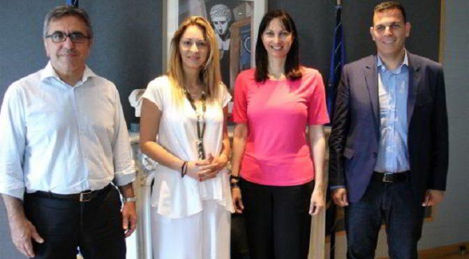 Η Υπουργός Τουρισμού, κα Έλενα Κουντουρά συναντήθηκε με τον Αντιπεριφερειάρχη βόρειας Αθήνας, κ. Γιώργο Καραμέρο και την Πρόεδρο του Ινστιτούτου Γεωπονικών Επιστημών (Ι.Γ.Ε.)- διαχειριστή του Κληροδοτήματος της Ιφιγένειας Ανδρέα Συγγρού, κα Άννα- Μαρία Γιάντση.