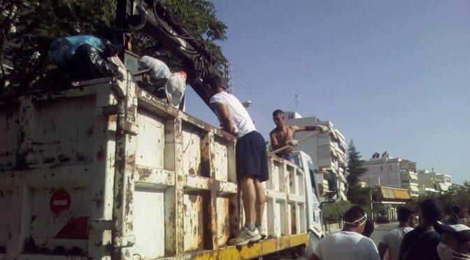 """Η λήξη της απεργίας της ΠΟΕ- ΟΤΑ βρήκε το Χαλάνδρι με σκουπίδια 11 ημερών στους δρόμους. Προκειμένου να καθαρίσει το... τοπίο γρήγορα και να αποκτήσει η πόλη το καθημερινό της """"πρόσωπο"""" έβαλαν και οι Ρομά εθελοντικά το χεράκι τους. Ή μάλλον πολλά χέρια, αποδεικνύοντας ότι η συνεργασία πολίτη και Δήμου κάνει θαύματα."""