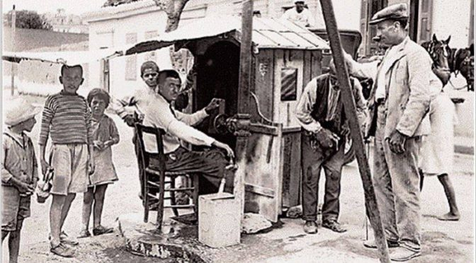 Διανομή νερού από τις κοινόχρηστες βρύσες στις γειτονιές της Αθήνας το 1933.