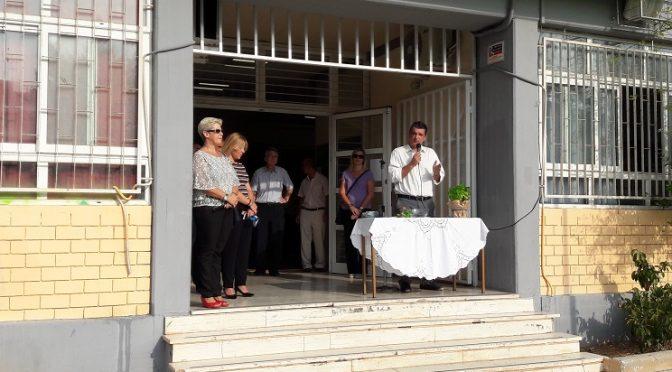 Το «παρών» στους αγιασμούς των σχολείων σε διάφορες γειτονιές της πόλης μας έδωσε ο Δήμαρχος Βριλησσίων Ξενοφών Μανιατογιάννης, εκφράζοντας τις ευχές του για καλή σχολική χρονιά.