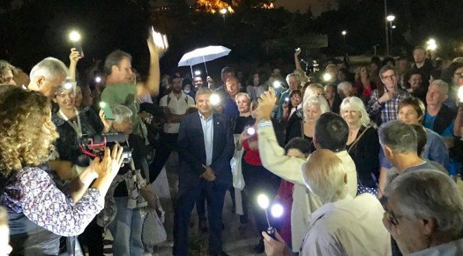 """Το παρών έδωσε ο Δήμαρχος Αμαρουσίου και πρόεδρος ΚΕΔΕ, Γιώργος Πατούλης στη διαμαρτυρία """"Απόψε ψωτίζουμε το Πεδίο του Άρεως"""" με τους ανθρώπους που συμμετείχαν σε αυτή να φωτίζουν την περιοχή με φακούς, κινητά τηλέφωνα και φαναράκια."""