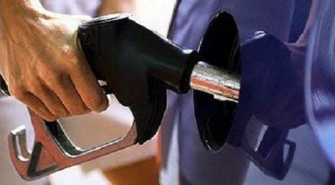 Στις διεθνείς εξελίξεις στη Μέση Ανατολή, με την ταυτόχρονη άνοδο στην τιμή του πετρελαίου Μπρεντ αλλά και στην υπέρμετρη φορολογία, η οποία επιβάλλεται εδώ και καιρό στην εγχώρια αγορά καυσίμων αποδίδει το νέο «ράλι» ανόδου στην τιμή της βενζίνης ηπρόεδρος της Ένωσης Βενζινοπωλών Νομού Αττικής, Μαρία Ζάγκα.