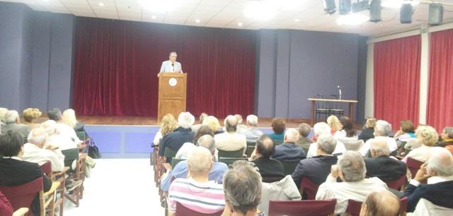 Με ιδιαίτερη θέρμη και ενδιαφέρον υποδέχτηκε το κοινό το νέο κύκλο διαλέξεων του Ελεύθερου Πανεπιστημίου για το ακαδημαϊκό έτος 2017-2018 τη Δευτέρα 9 Οκτωβρίου 2017 με την 11η θεματική διάλεξη με τίτλο: «Η Ελλάδα στην αιχμαλωσία ή αιχμή του δόρατος» και ομιλητή τον ομότιμο Καθηγητή και πρώην πρύτανη του Πάντειου Πανεπιστημίου κ. Γεώργιο Κοντογιώργη.