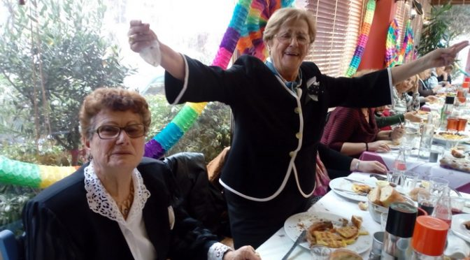 Στην κατάμεστη και πολύχρωμα στολισμένη αίθουσα μεγάλου εστιατορίου πραγματοποιήθηκε τη Δευτέρα 12 Φεβρουαρίου η καθιερωμένη αποκριάτικη συνεστίαση για τα μέλη των ΚΑΠΗ Χαλανδρίου.