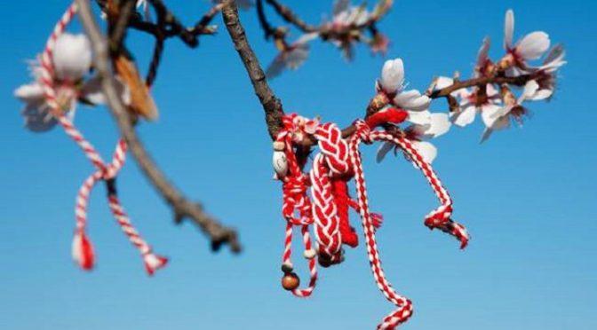 Από τη 1η ως τις 31 του Μάρτη, συνηθίζεται να φοριέται στον καρπό του χεριού ένα βραχιολάκι, φτιαγμένο από στριμμένη άσπρη και κόκκινη κλωστή, τον «Μάρτη» ή «Μαρτιά».