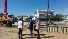 Αυτοψία έκανε η περιφερειακή σύμβουλος κ. Σοφία Κορωναίου μαζί με τους μηχανικούς της Περιφέρειας Αττικής στην πλατεία που διαμορφώνεται, με χρηματοδότηση της Περιφέρειας, στον Κ.Χ 1170 επί της οδού Γεννηματά, στην περιοχή Πάτημα του Δήμου Χαλανδρίου.