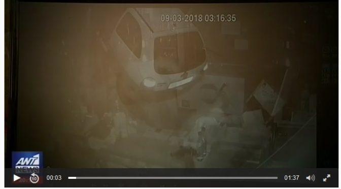 Ένα αυτοκίνητο χρησιμοποίησαν σαν πολιορκητικό κριό οι ληστές που χτύπησαν δυο καταστήματα στα Βριλήσσια.