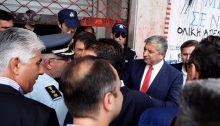 Τα κατεβασμένα ρολά της εισόδου του Υπουργείου και οι διμοιρίες των ΜΑΤ στη χθεσινή επίσκεψη των εκπροσώπων της ΚΕΔΕ σε προκαθορισμένο ραντεβού με τον Υπουργό που δεν έγινε, αποτελούν εικόνα ντροπής για τη δημοκρατία μας, αναφέρει ανακοίνωση που εξέδωσε η ΚΕΔΕ.