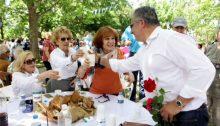Εκατοντάδες πολίτες κατέκλυσαν την πλατεία Ζωοδόχου Πηγής στο Ψαλίδι στο Μαρούσι για να γιορτάσουν την Πρωτομαγιά, στο παραδοσιακό γλέντι που διοργάνωσε ο Δήμος Αμαρουσίου με πρωτοβουλία του Δημάρχου κου Γιώργου Πατούλη.