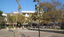 Νέα όψη παίρνει η Πλατεία Αναλήψεως μετά τις παρεμβάσεις από την Τεχνική Υπηρεσία του Δήμου που αντικατέστησε το ξύλινο deck και την Υπηρεσία Πρασίνου της Διεύθυνσης Περιβάλλοντος που φύτεψε 14 δενδρύλλια με σκοπό την αύξηση του πρασίνου.