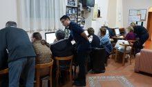 """Ο Δήμος Κηφισιάς συμμετέχει στο δεύτερο κύκλο της δράσης του """"Όλοι μαζί μπορούμε και στη γνώση"""" σε συνεργασία με το Διεθνές Ινστιτούτο Κυβερνοασφάλειας του Μανώλη Σφακιανάκη, προκειμένου να δοθεί η δυνατότητα σε άτομα τρίτης ηλικίας και να εκπαιδευτούν στο χειρισμό των ηλεκτρονικών υπολογιστών."""