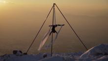 Η φημισμένη aerial performer Κατερίνα Σολδάτου καταπλήσσει ακόμα μια φορά, επιλέγοντας μια εναέρια εντυπωσιακή παράσταση αυτή τη φορά στη χιονισμένη Πεντέλη. ΔΕΙΤΕ ΤΟ ΒΙΝΤΕΟ: