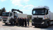 Δύο νέα οχήματα φορτηγά με γερανό και αρπάγη στον στόλο του Δήμου Πεντέλης.
