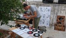"""Η έκθεση """"Remembering Remembered"""" ολοκληρώθηκε με 16 καλλιτέχνες να δημιουργούν και να εκθέτουν τα έργα τους στις αυλές, στους δρόμους, στα πεζοδρόμια και σε μαγαζιά της περιοχής του Συνοικισμού Χαλανδρίου. Σε ένα προάστιο τόπο μακριά από το κέντρο της Αθήνας."""