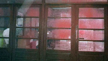 Επίθεση με κόκκινες μπογιές και φέιγ βολάν έκαναν άγνωστοι στη διάρκεια της νύχτας στο δημαρχείο Πεντέλης.