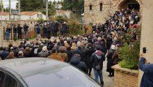 Εικόνες που προβληματίζουν στην κηδεία του Αρχιμανδρίτη Σαράντη Σαράντου- εφημέριου του ναού της Θεοτόκου στο Μαρούσι- που τελέστηκε στον Άγιο Στέφανο.